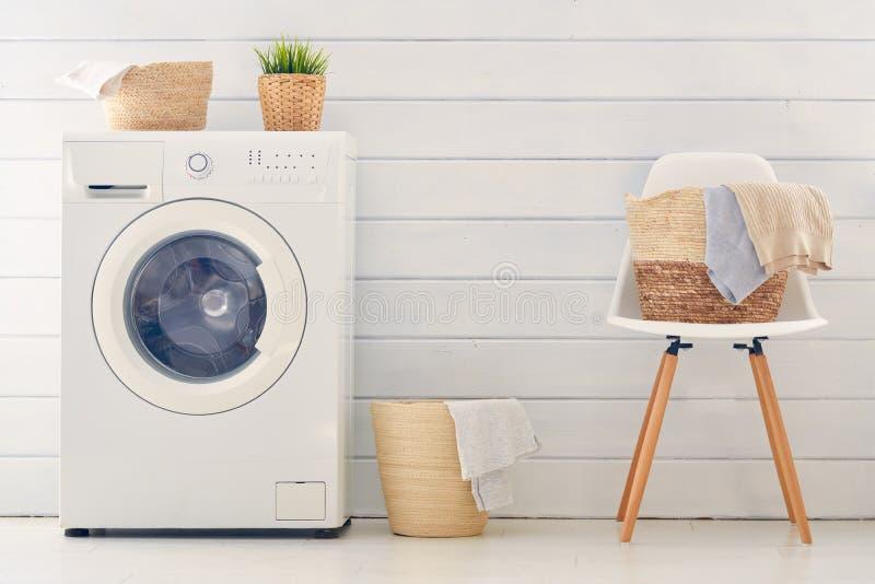 Прачечная со стиральной машиной стоковые изображения rf
