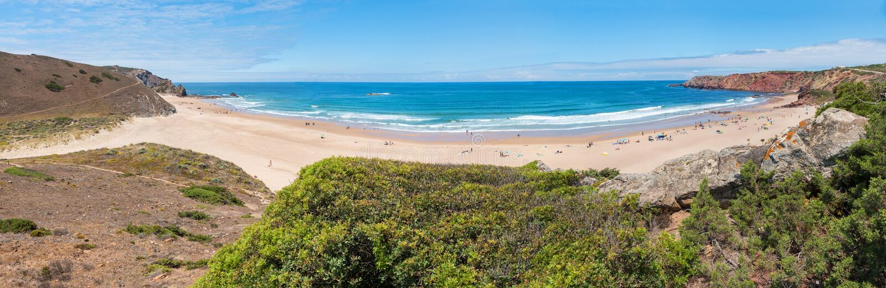 ПРАЯ ДЕЛАЕТ AMADO, CARRAPATEIRA, ПОРТУГАЛИЮ, 18-ое июня 2019 - красивый пляж западное Алгарве серфера стоковое фото