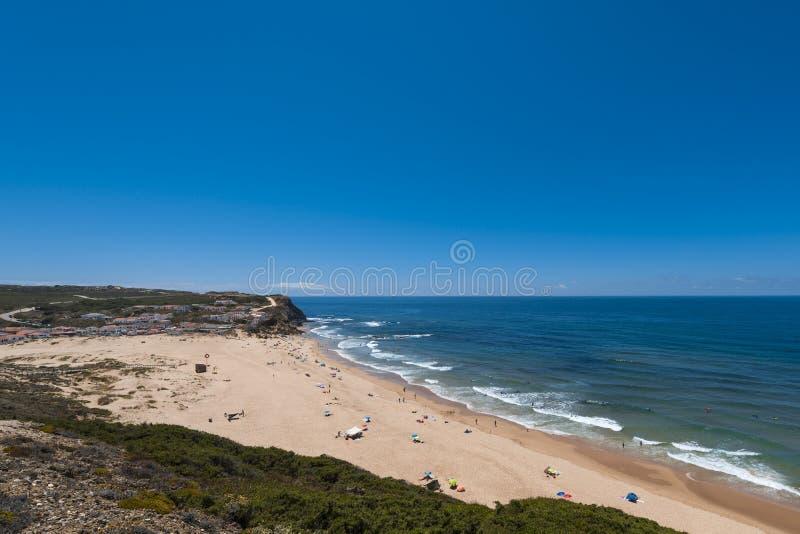 Прая пляжа Monte Clerigo делает Monte Clerigo в Aljezur, Португалии стоковое изображение rf