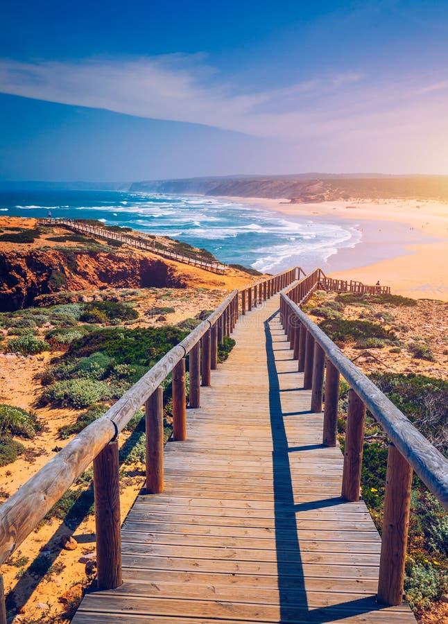 Прая da Bordeira и променады формируя часть следа приливов или прогулки Pontal da Carrapateira в Португалии Изумляя взгляд  стоковое фото