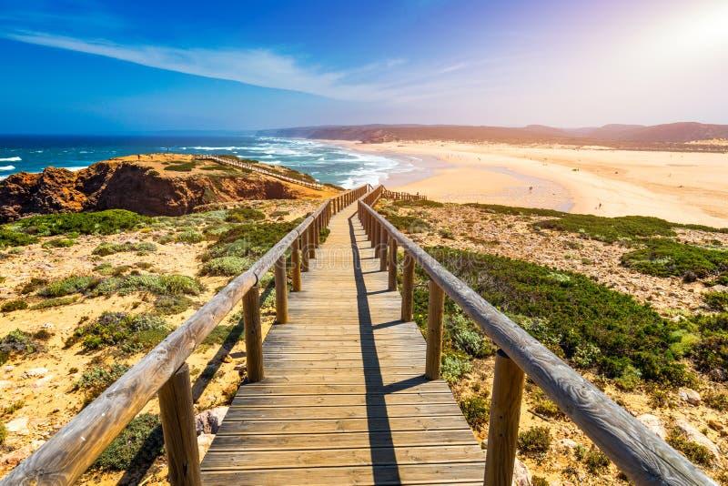 Прая da Bordeira и променады формируя часть следа приливов или прогулки Pontal da Carrapateira в Португалии Изумляя взгляд  стоковые изображения rf