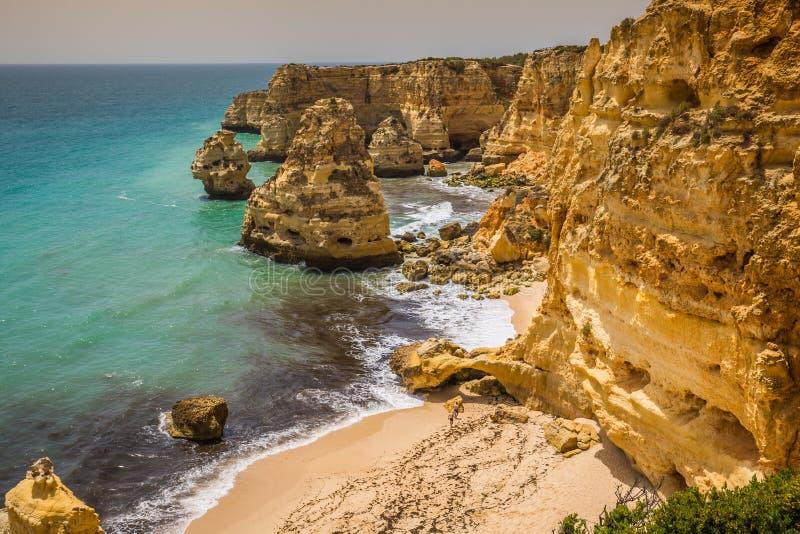 Прая da Marinha - красивый пляж Marinha в Алгарве, Португалии стоковое изображение rf