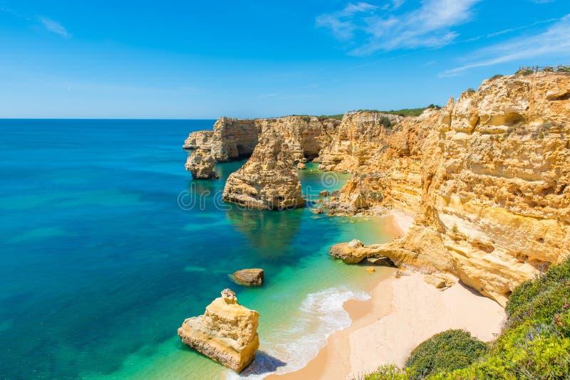 Прая da Marinha - красивый пляж Marinha в Алгарве, Португалии стоковое фото rf