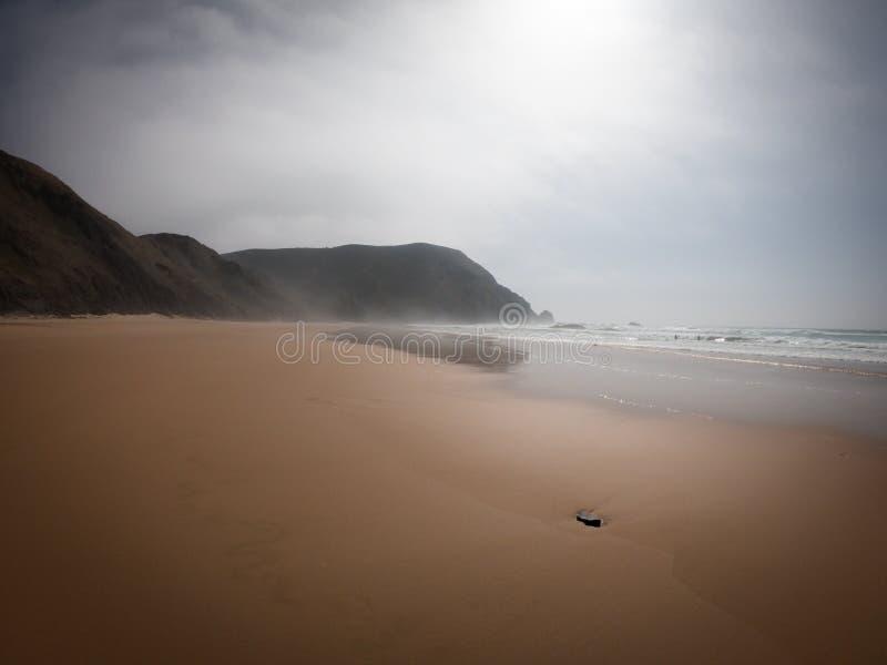 Прая de Castelejo, идеальный пляж для серферов Скалы на западном побережье Атлантического океана в Алгарве, Португалии стоковая фотография