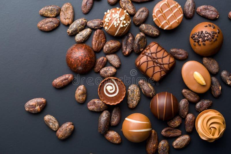 Пралине и бобы кака шоколада стоковые фотографии rf