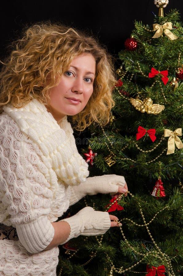 Пребывание девушки о рождественской елке стоковые фотографии rf