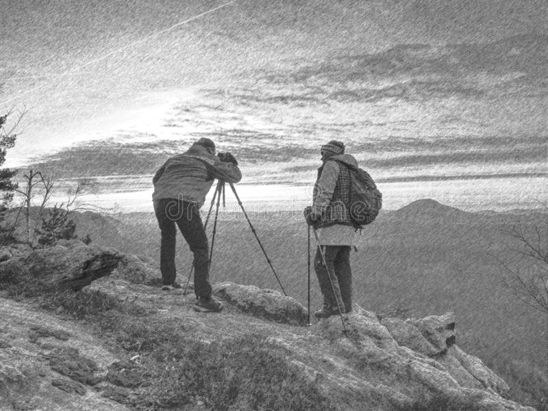 Пребывание пар туристов на изображении памяти саммита и взятий стоковое изображение