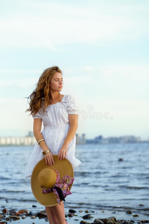 Пребывание платья маленькой девочки нося белое на цене моря стоковое изображение rf