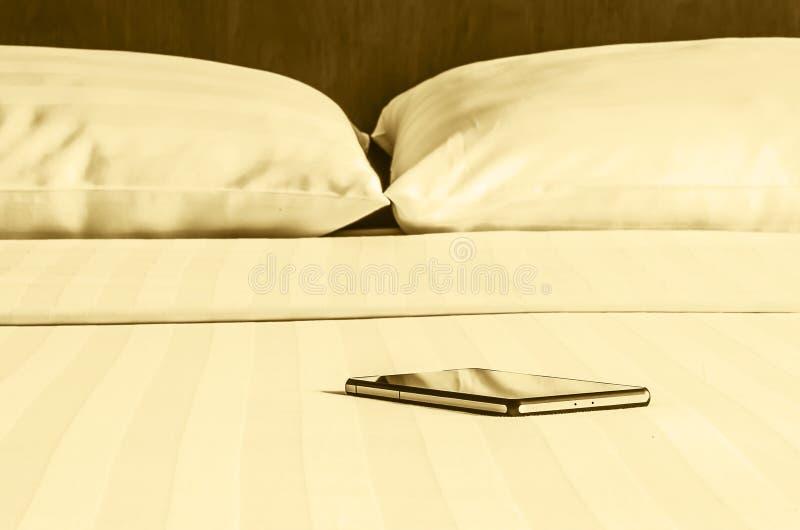 Пребывание самостоятельно с smartphone стоковое фото
