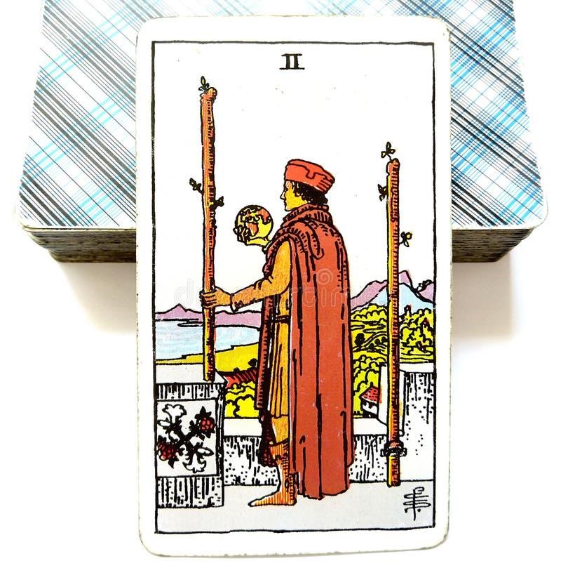 2 2 пребывания решений карточки Tarot палочек физического или идут перемещение над морями иллюстрация вектора