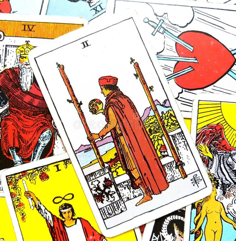 2 2 пребывания решений карточки Tarot палочек физического или идут перемещение над морями иллюстрация штока