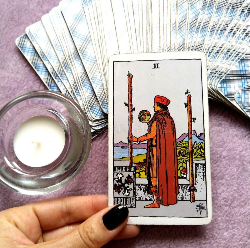 2 2 пребывания решений карточки Tarot палочек физического или идут перемещение над морями бесплатная иллюстрация
