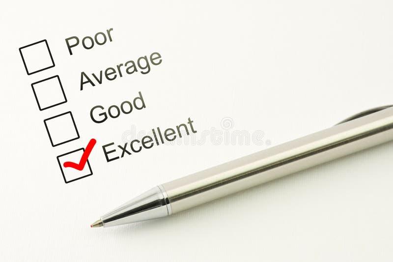 Превосходное питание обслуживания клиента назад Концепция удовлетворенности потребителей Маркированный флажок с ручкой на бумажно стоковое фото