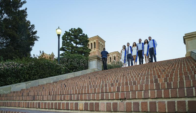 Превосходный студент стоя на лестницах UCLA стоковая фотография