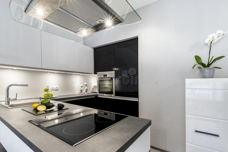 Превосходная роскошная кухня с worktop гранита стоковое изображение rf