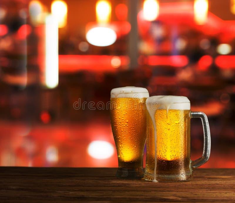 Превосходное светлое пиво на деревянном столе стоковые фото