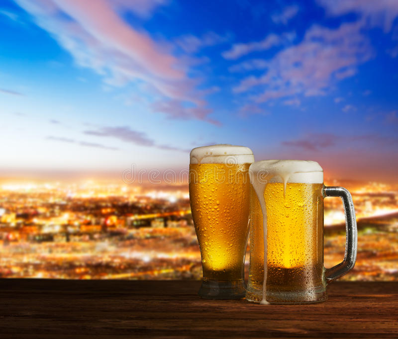 Превосходное светлое пиво на деревянном столе стоковые изображения