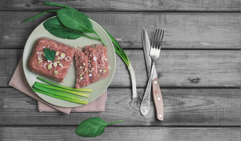 Превращанный в желе студень мяса на зеленой плите стоковое изображение rf