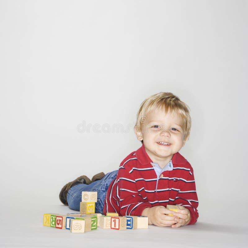 преграждает играть мальчика стоковое фото