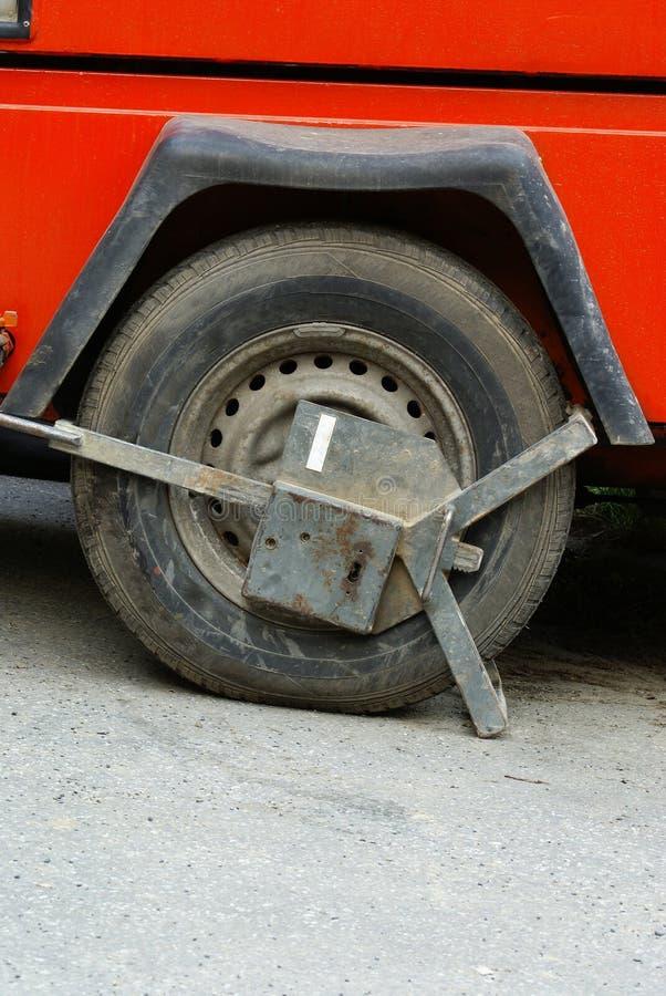 преграженное колесо зажатое автомобилем стоковая фотография rf