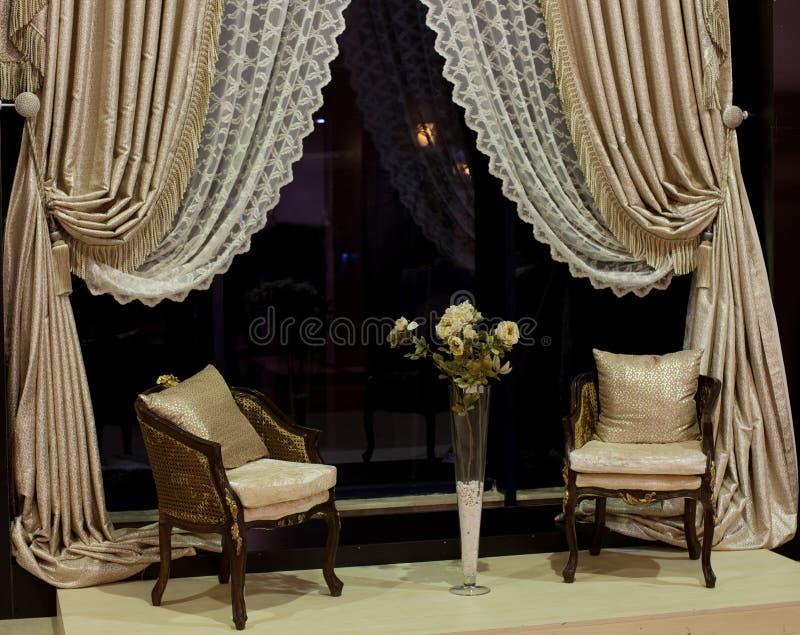 предводительствует окно занавесов роскошное стоковое изображение rf