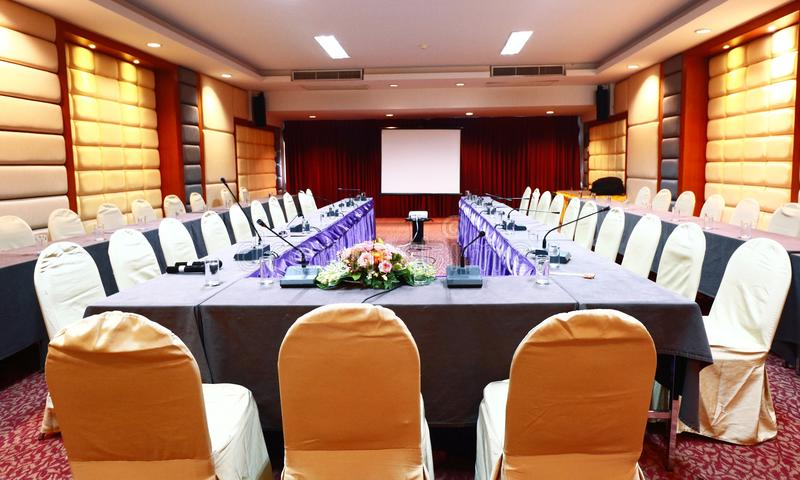 предводительствует таблицу конференц-зала конференции стоковое изображение
