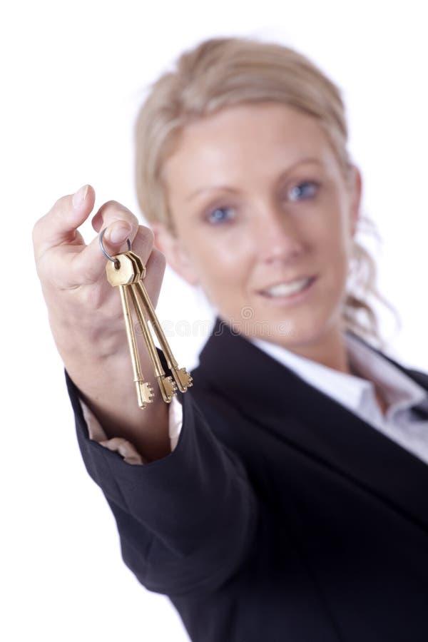 предлагать ключей коммерсантки стоковое фото