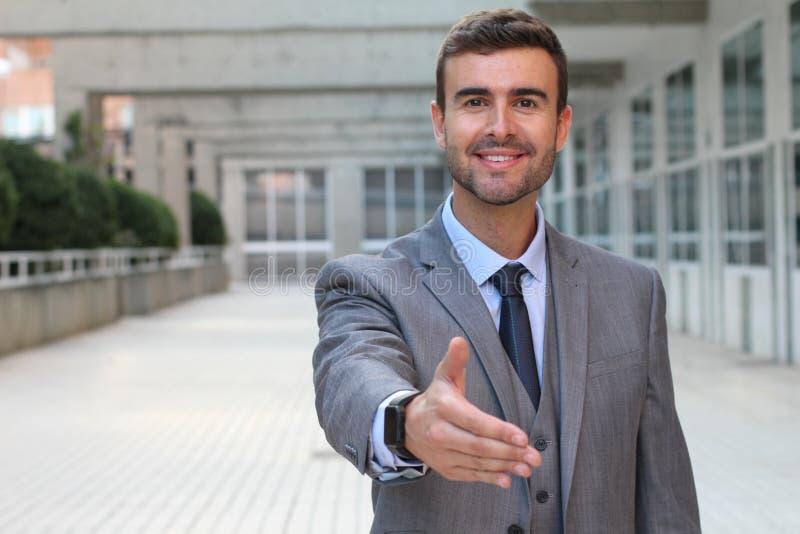 предлагать рукопожатия бизнесмена стоковые фотографии rf