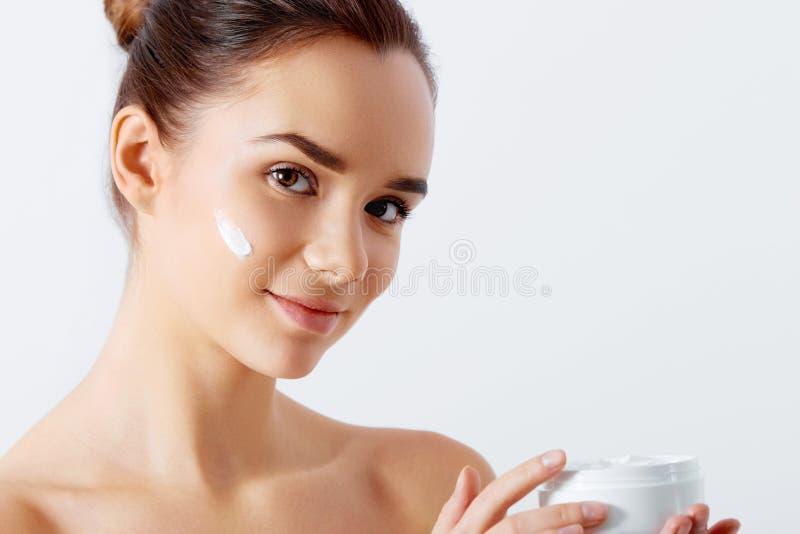 предложение увлажнителя опарника красивейшей близкой cream стороны свежее изолированное вверх по детенышам белой женщины Сторона  стоковое фото