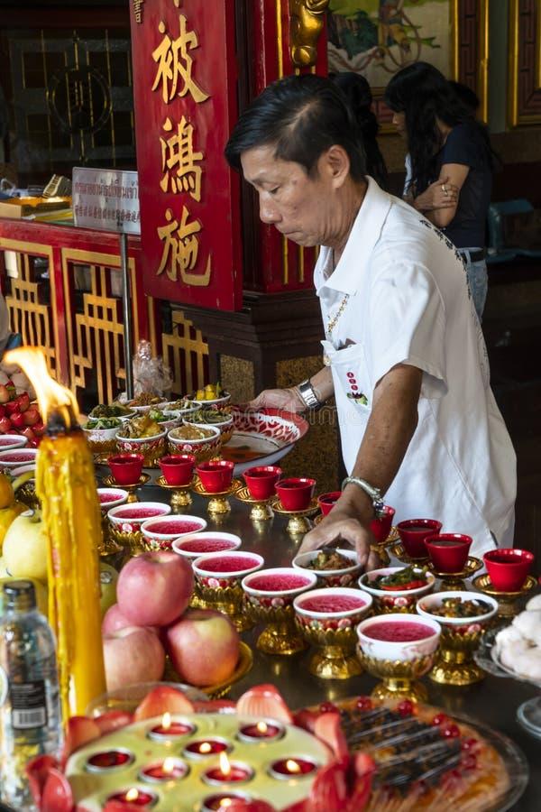 Предложения еды в виске в Бангкоке стоковое изображение rf