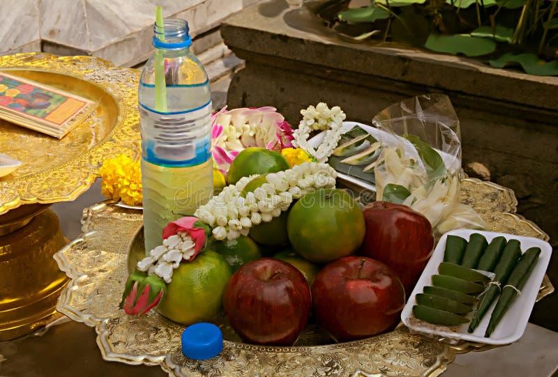 Предложения еды, пить и цветков в виске, Бангкоке, тайском стоковые фотографии rf
