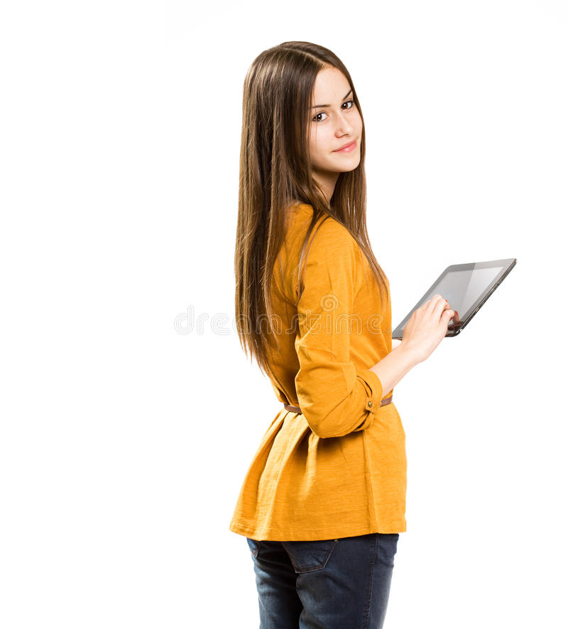 Предназначенная для подростков девушка имея потеху с компьютером таблетки. стоковые изображения rf