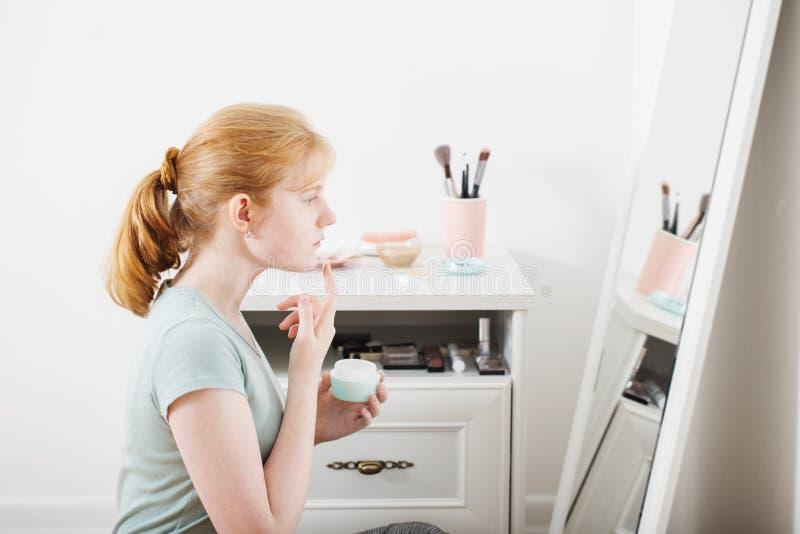 предназначенная для подростков девушка кладет дальше сливк стороны стоковые изображения rf