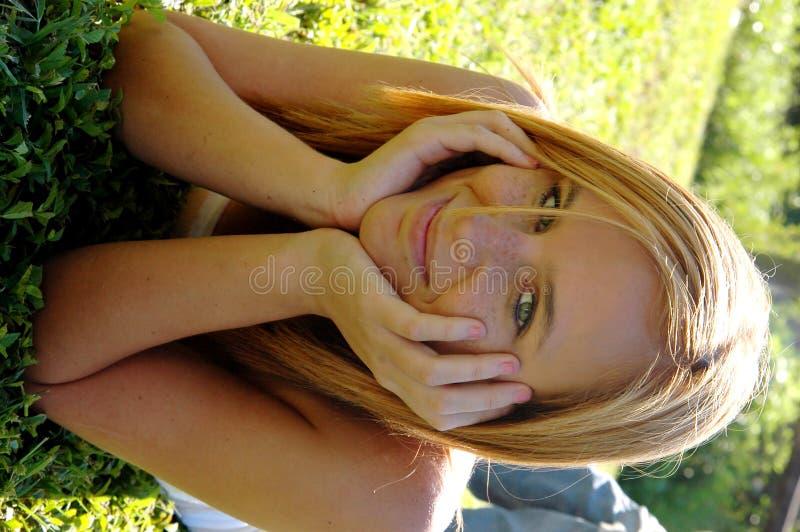 предназначенное для подростков девушки счастливое стоковое изображение rf