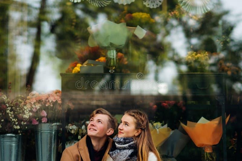 Предназначенное для подростков объятие пар смотрит вверх романтичную дату стоковое фото rf