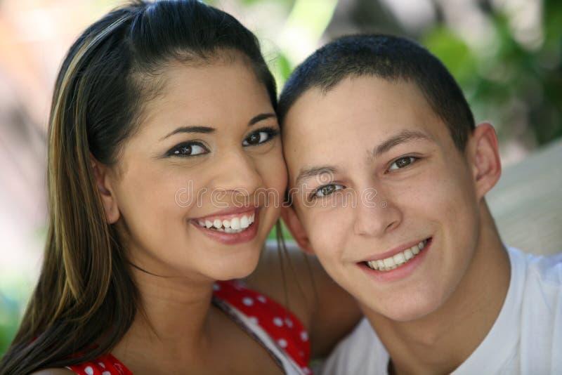 предназначенное для подростков пар счастливое стоковые изображения