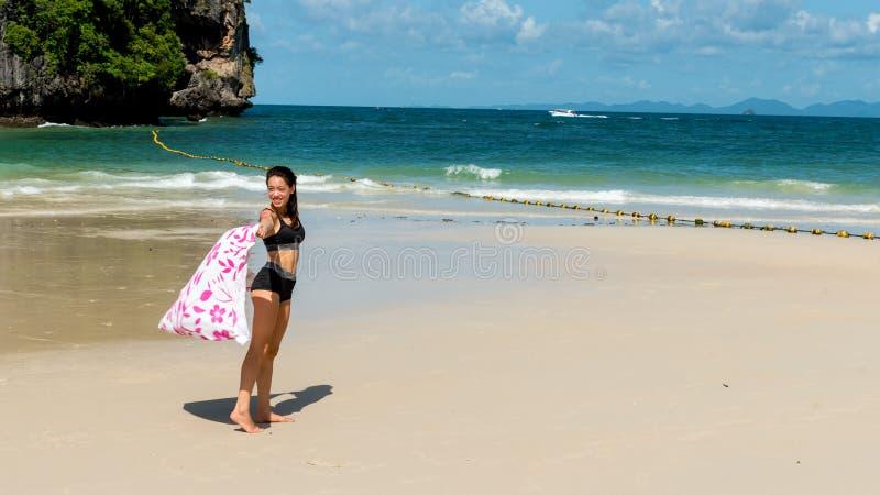 Предназначенное для подростков положение девушки на тропическом пляже с полотенцем стоковая фотография rf