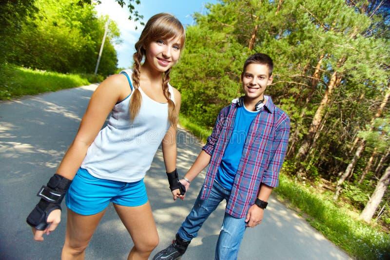 Предназначенные для подростков конькобежцы стоковые изображения