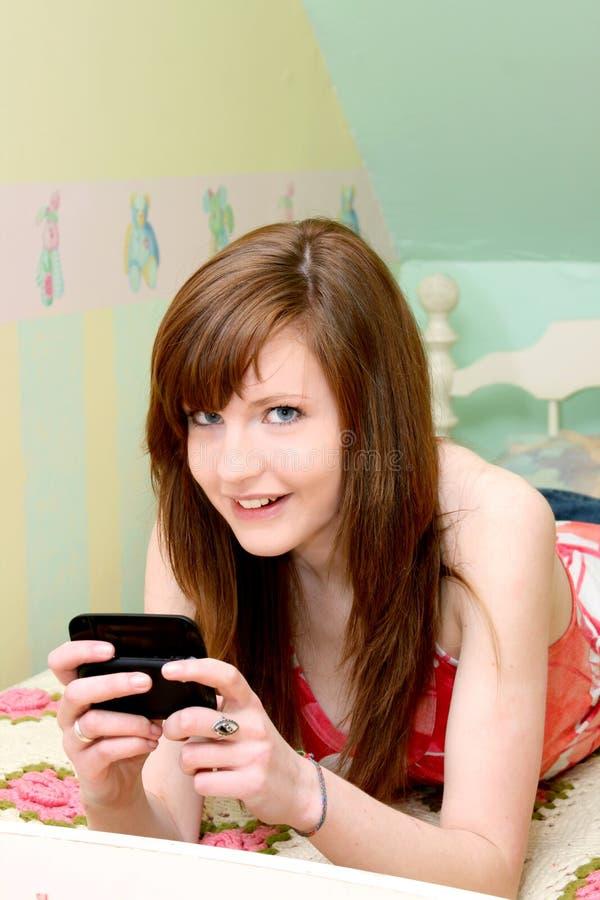 предназначенный для подростков texting стоковое изображение rf