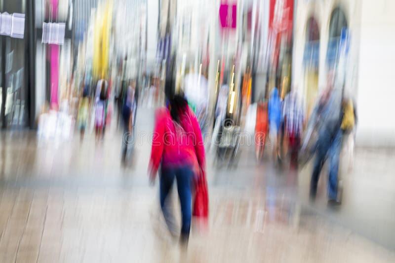 Преднамеренное неясное изображение идти людей стоковое фото