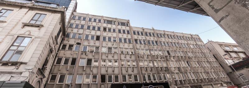 Преднамеренно опрокинутая панорама уродской башни офиса в Турции перед старым городком Стамбула стоковое изображение