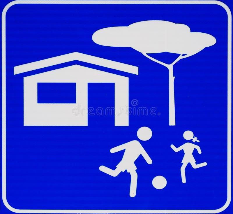 Предосторежение, дети на игре Знак улицы с голубой предпосылкой, отсутствие текста иллюстрация штока