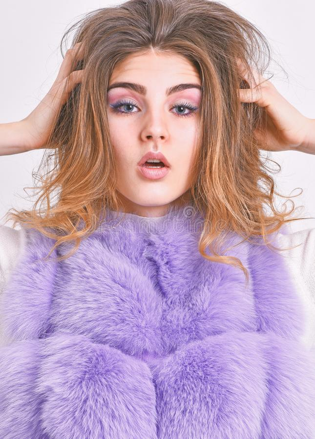 Предотвратите повреждение волос зимы Стиль причесок тома волос касания стороны макияжа женщины Меховая шыба девушки представляя с стоковые фото