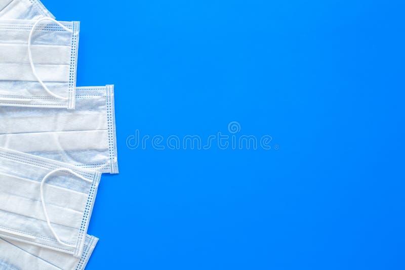 Предохранение гриппа Медицинские лицевые щитки гермошлема на голубом космосе экземпляра взгляд сверху предпосылки стоковое изображение rf