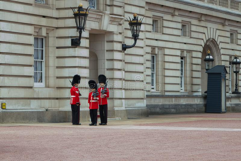 Предохранители ` s ферзя королевские на обязанности на Букингемском дворце, Лондоне Англии стоковое изображение rf