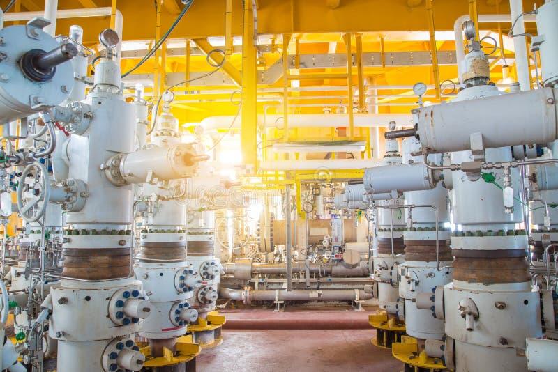 предохранительные клапаны на оффшорной нефтяной и газовой удаленной платформе для защиты трубопроводной системы от чрезмерного да стоковая фотография rf