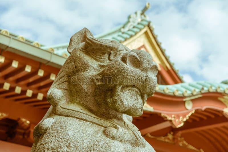 Предохранитель статуи Komainu святыни Kanda Myojin синтоистской в токио, Японии стоковое изображение