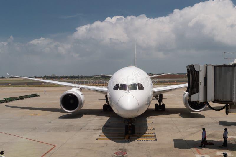Предполетное и дозаправляя и нагружая обслуживание груза самолета, стоковое фото