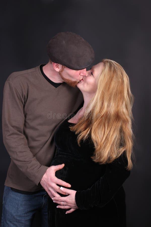 предпологать целующ родителей стоковое фото rf