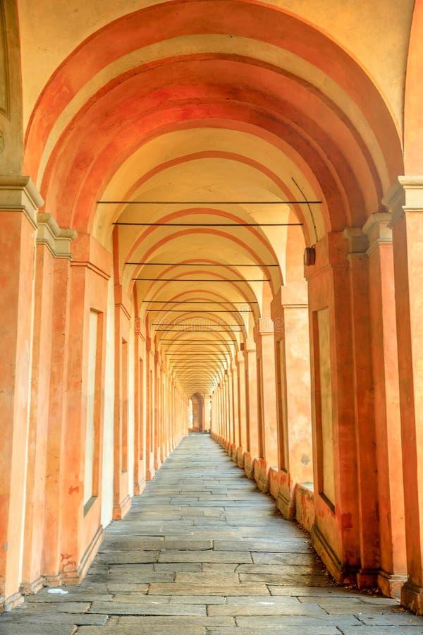 Предпосылка аркы San Luca стоковые фотографии rf